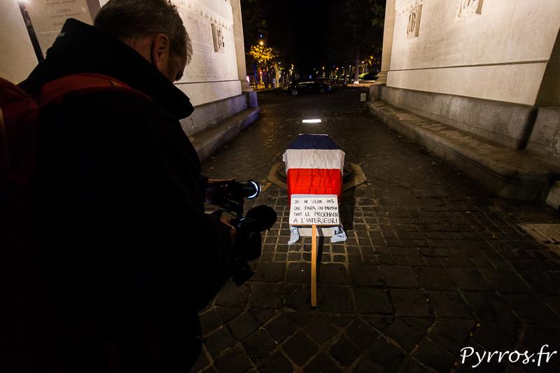 """Un caméraman filme un cercueil fictif avec une pancarte sur laquelle on peut lire : """"Je ne veux pas que Papa ou Maman soit le prochain à l'interieur"""""""