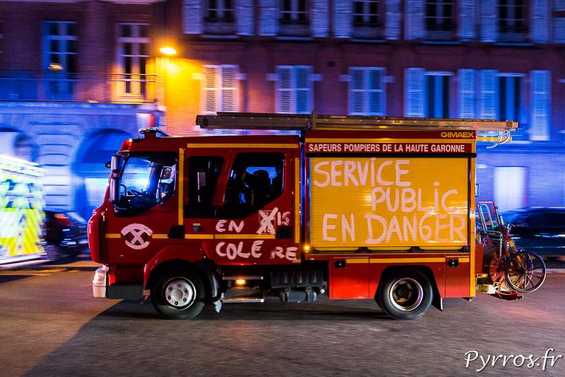 """Sur un camion de Pompiers est inscrit """"Service Public en Danger"""""""