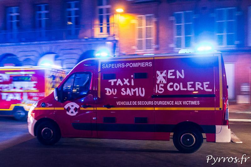 """Sur ce véhicule de Pompiers on peut lire """"Taxi du SAMU"""" en référence aux nouvelles missions des pompiers"""