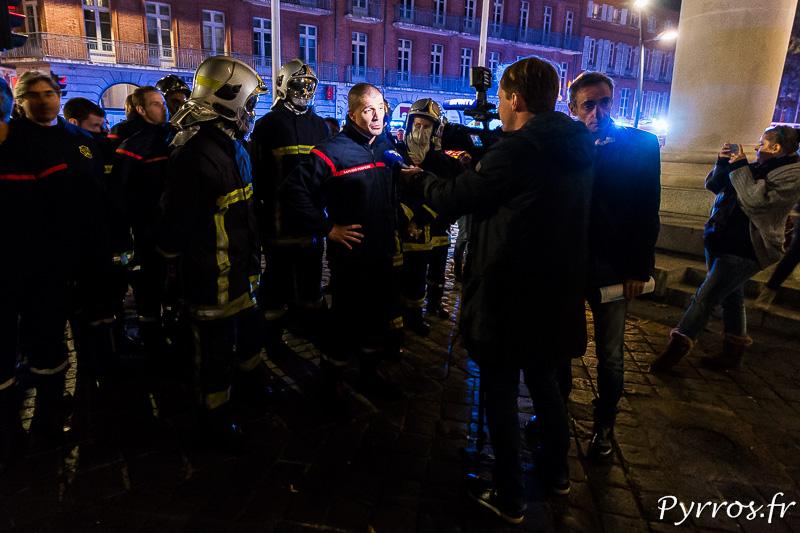 Un pompier répond aux questions d'un journaliste