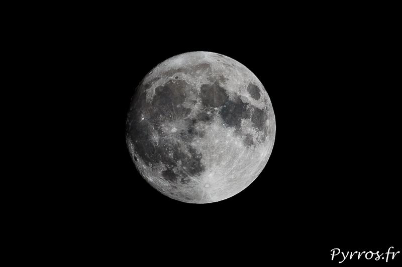 La Super Lune brille dans le ciel lorsque les nuages lui laisse un peu de repis