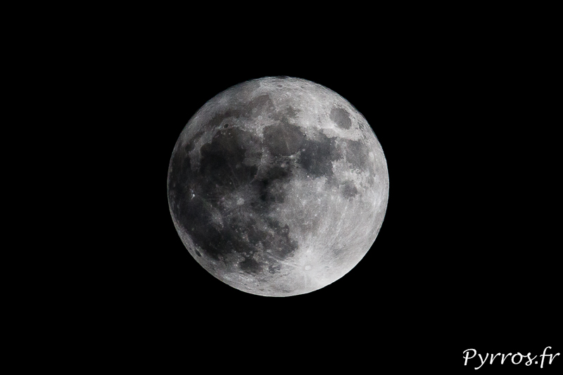 La Super Lune brille quand le nuages s'écartent