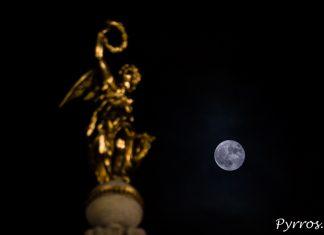 La Super Lune surveille Dame Tholose depuis les nuages