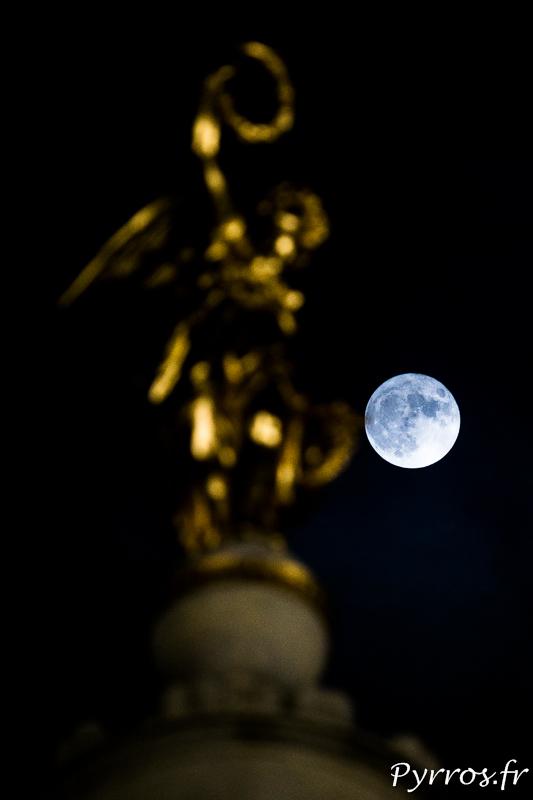 La Super Lune veille sur Dame Tholose installé en haut d'un obélisque place Dupuy à Toulouse