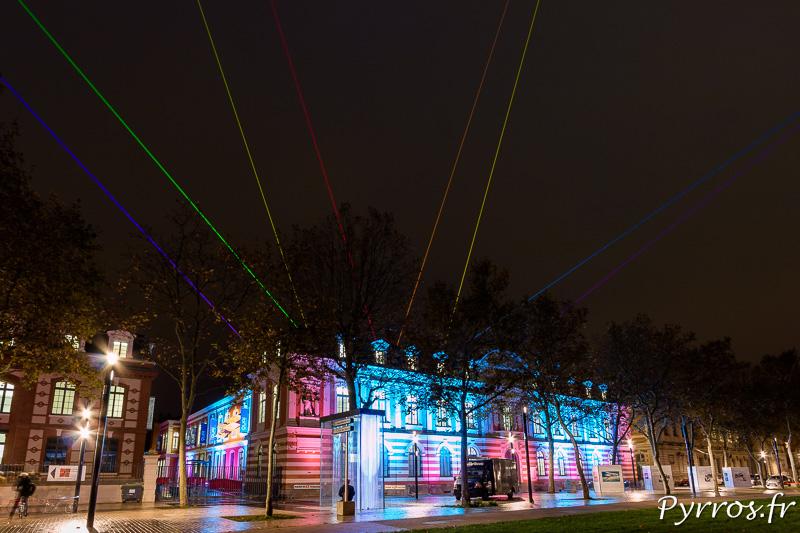 8 lasers des l'installation Starship par Yvette Mattern colorent le ciel toulousain