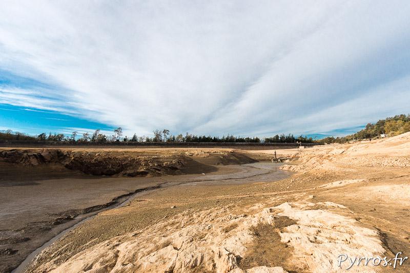 Vidange du lac de Saint Ferréol, un filet d'eau coule toujours
