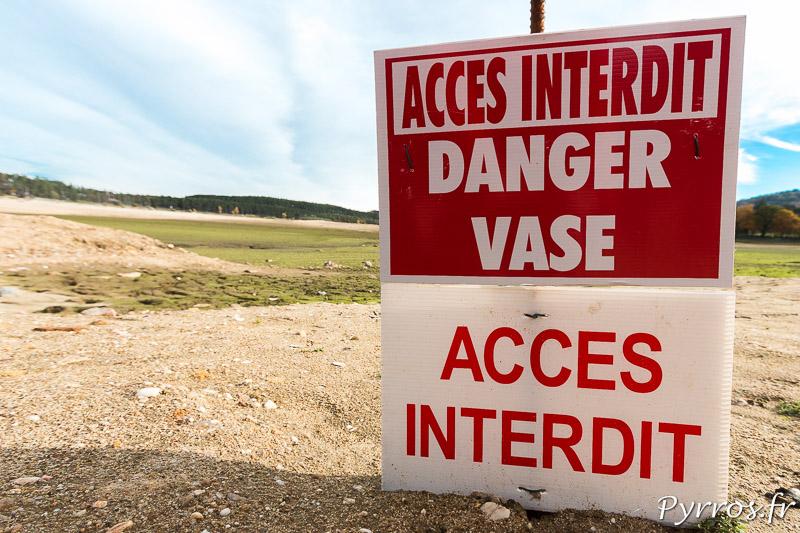 Vidange du lac de Saint Ferréol, descendre au bord du lac est dangereux, la vase est partout. Parfois le sable est instable