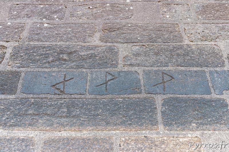 Vidange du lac de Saint Ferréol, depuis le pied de la digue on peut voir que les tailleurs de pierres ont signé leurs pierres