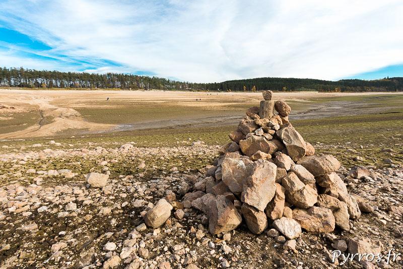 Vidange du lac de Saint Ferréol, un tas de cailloux a été formé par des curieux.