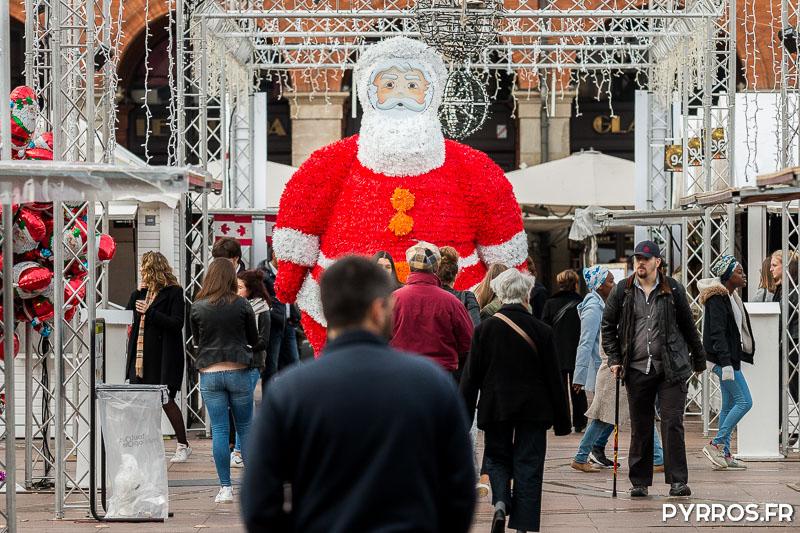 Une figurine géante du Père Noël veille sur les allées du Marché de Noël de Toulouse