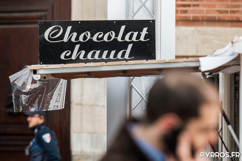 Un chalet du Marché de Noël propose du Chocolat Chaud