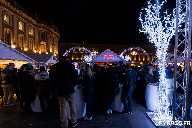 Les futs utilisés comme table sont pris d'assaut par les visiteurs du Marché de Noël de Toulouse