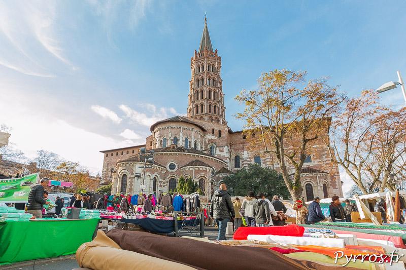 Du tissu côtoie des coques pour portable au pied du clocher de Saint Sernin lors du Marché de Saint Sernin