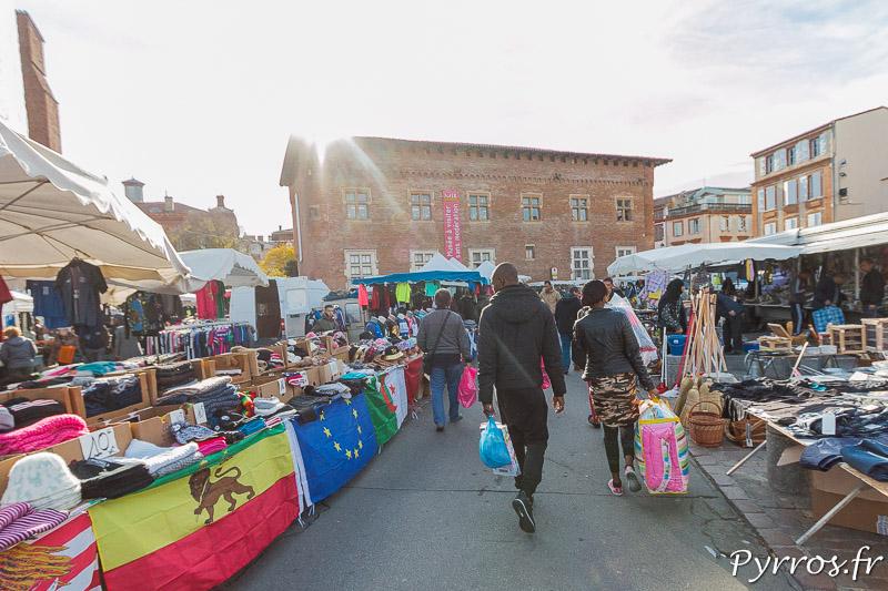 Dans les allées du Marché Saint Sernin de Toulouse la population est éclectique