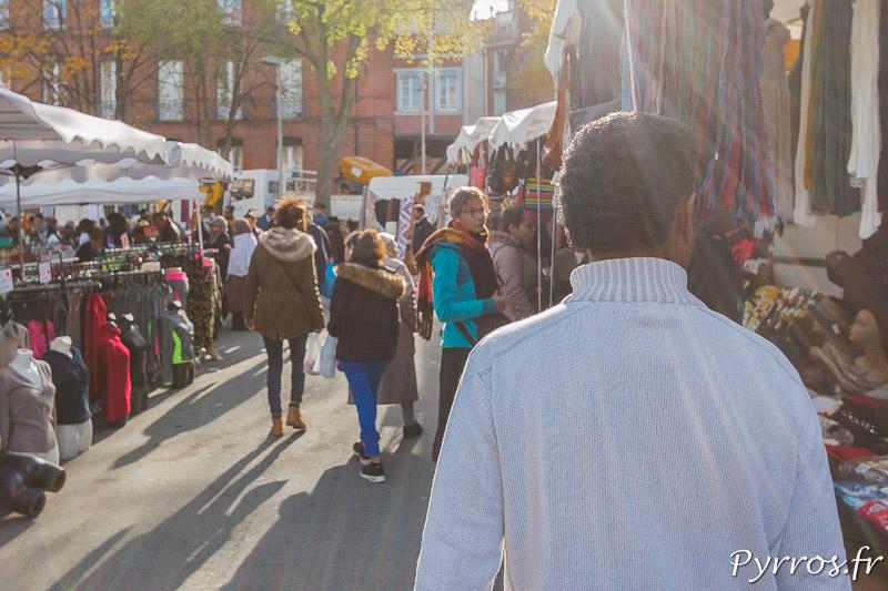 Dans les allées du Marché Saint Sernin de Toulouse un homme balaie du regard les étals, il ne sais pas ce qu'il cherche