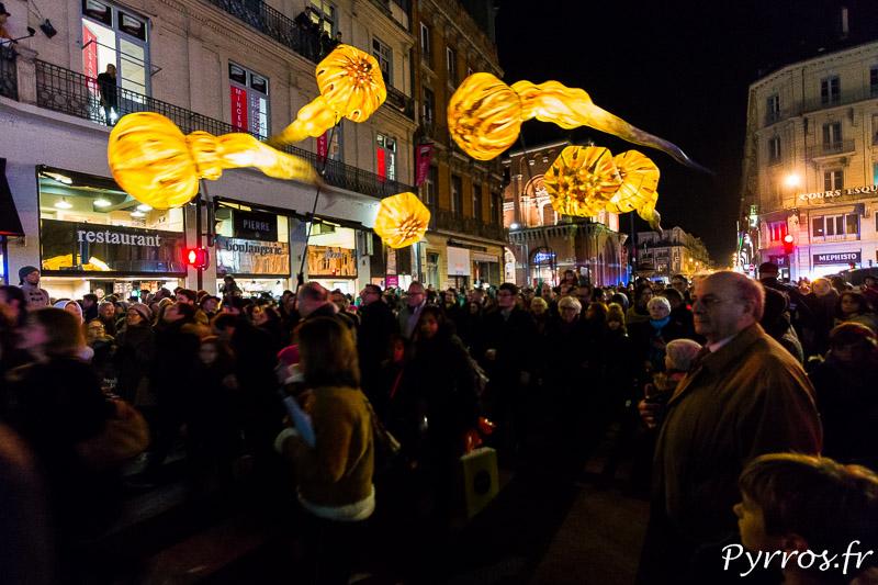 Les plasticiens volants fendent la foule venue pour assister au démarrage des illuminations de Toulouse