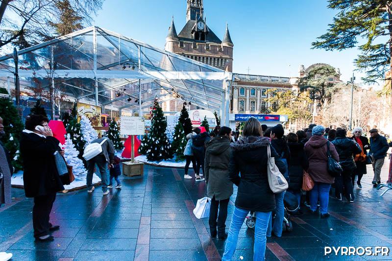 Les toulousains attendent l'ouverture du chapiteau des voyages du Père Noël
