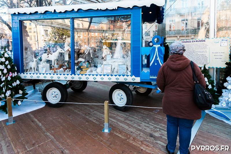 Une dame lit le récit de voyage du Père Noël en Russie
