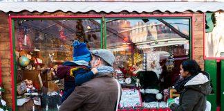Un père chuchote à l'oreille de son fils l'histoire du Père Noël