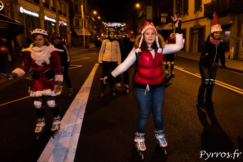 Les patineurs indiquent les arrêts et les directions durant la rando des Pères et Mères Noël de Purpan