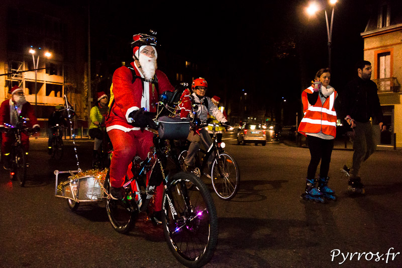 Un cycliste s'est déguisé pour devenir un Père Noël de Purpan