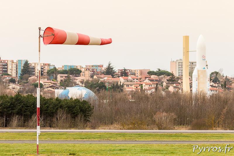 Le vent d'autan souffle dans le manche à air de l'aérodrome de Lasbordes