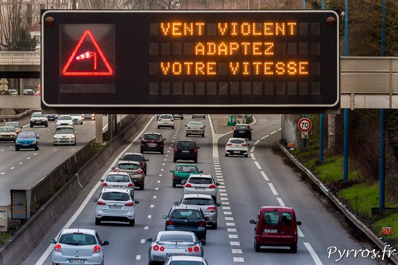Sur la route les affichages lumineux appellent à la prudence face aux rafales de vent d'autan