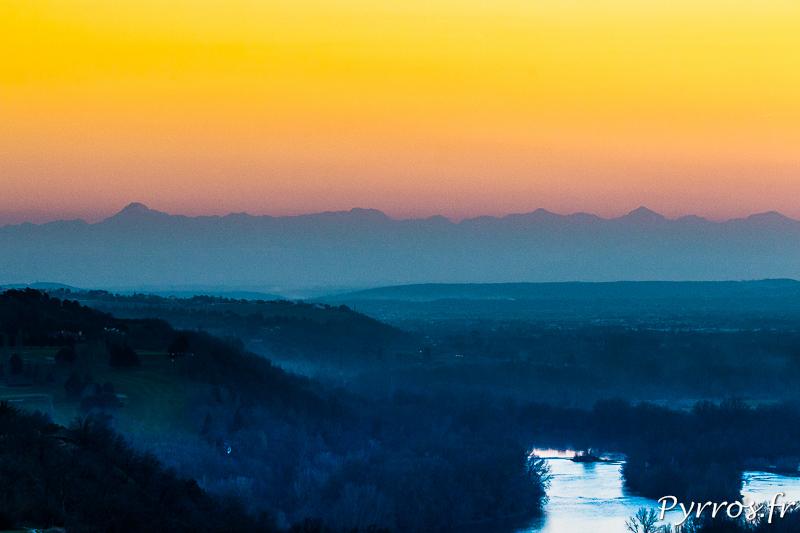 Les Pyrénées apparaissent lorsque le soleil se couche.