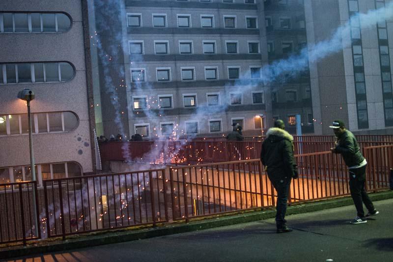 emeute à Bobigny suite à un ressemblement de soutien à Théo - 12/20/2017 - 18H23 - Pour disperser les curieux, les forces de l'ordre n'hésitent pas à faire usage de grenades lacrymogène.(Photo Maxime Reynié)