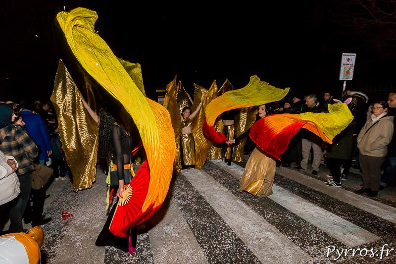 Un groupe de danseuses fait voler des foulards lors du Carnaval 2017 de Toulouse