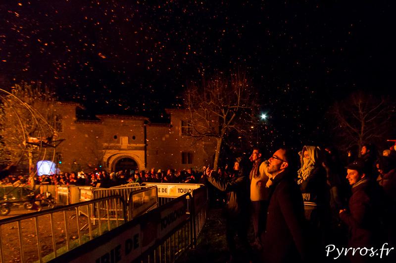 Les cendres incandescentes retombent sur la foule lors de la crémation de Monsieur Carnaval 2017