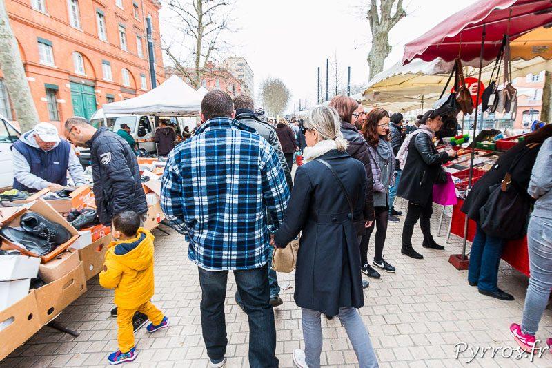 Le Marché des allées Jules Guesde succède au Marché de Saint Sernin. Un couple visite le marché