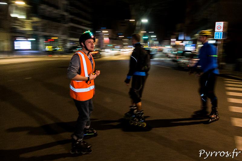 Un Staffeur veille sur la sécurité des patineurs lors de la rando lumières de Roulez Rose