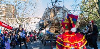 Un jeune clown observe Mr Carnaval qui prend en 2017 la forme d'un vautour