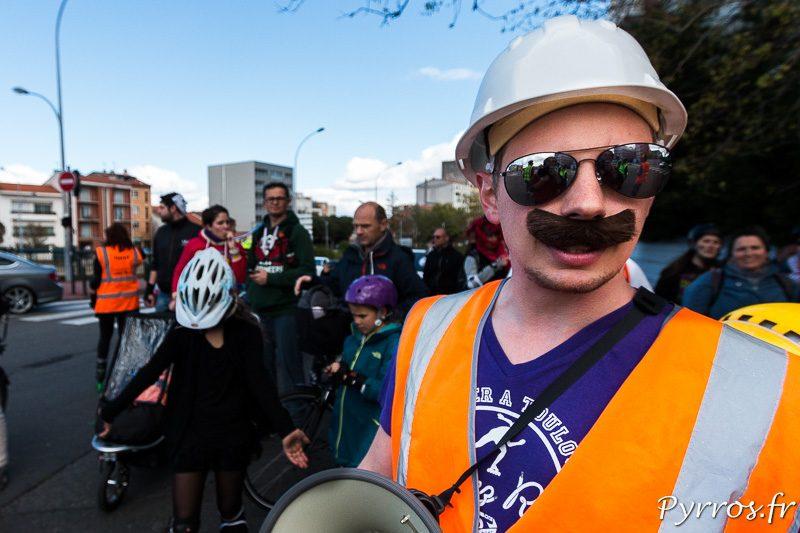 Un membre de Village People est chargé d'encadrer la rando Carnaval de Roulez Rose