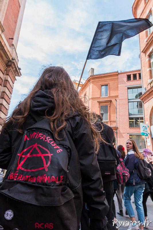 Dans le ciel flotte les drapeau noir des antifascistes