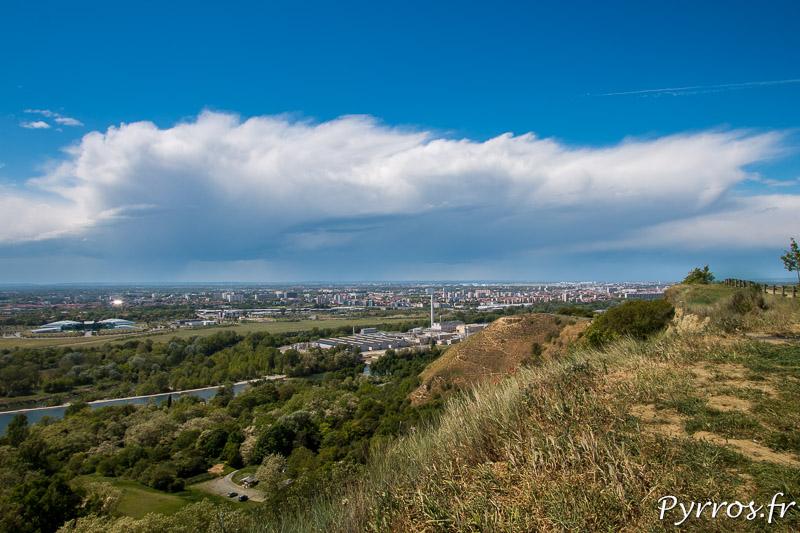 Un dimanche sous le ciel bleu mais un gros nuage approche