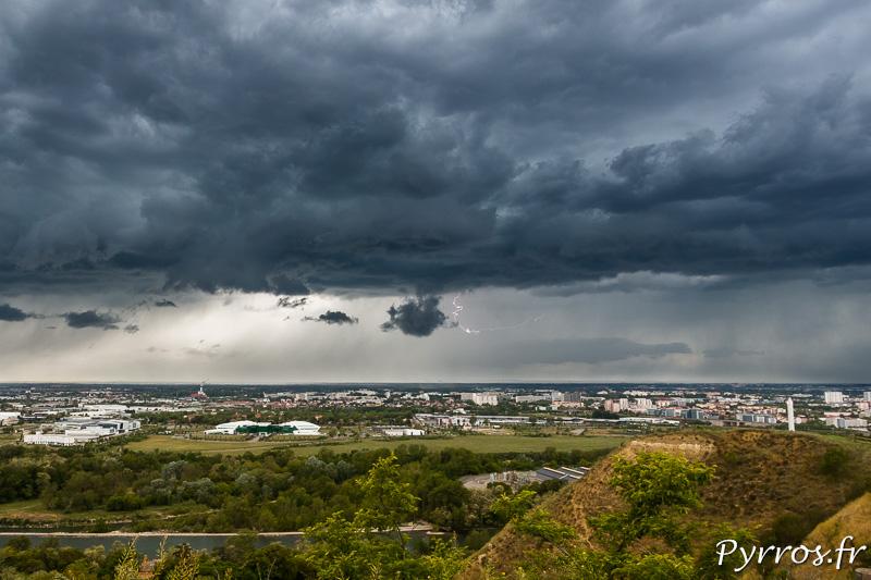 Un éclair essaye de se frayer un chemin entre les nuages
