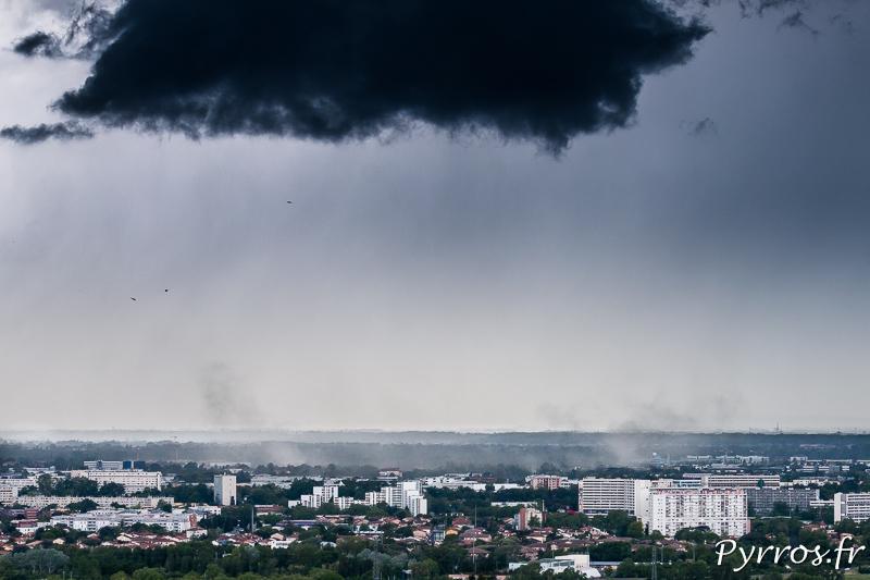Sous un épais nuage noir la rafale descendantes soulève la poussière dans le Quartier Saint Simon