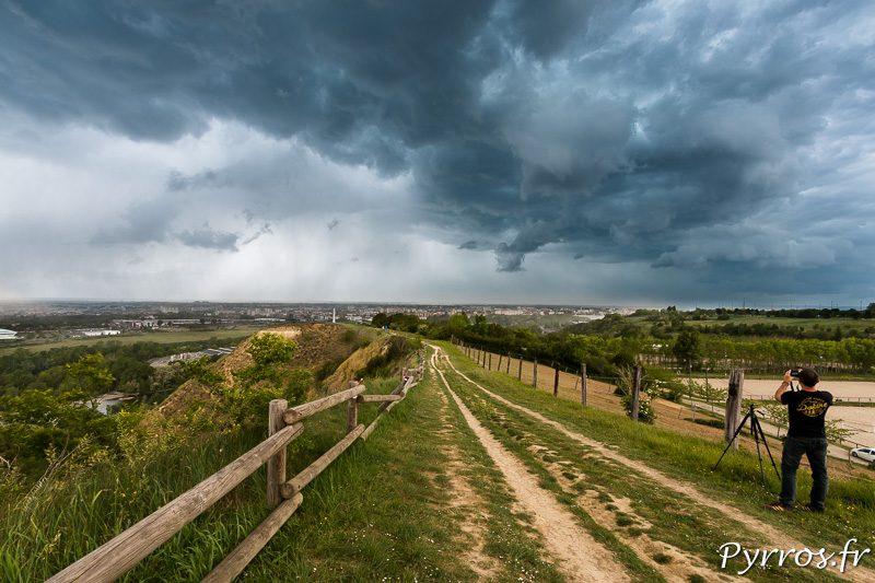 Un chasseur d'orage tente une dernière photo avant de replier son materiel
