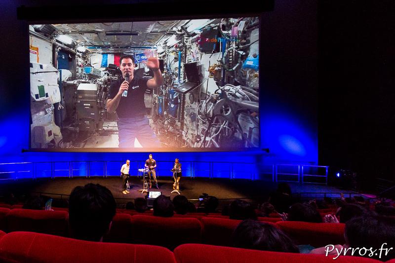 L'Astronaute Français Thomas Pesquet salue une dernière fois les visiteurs de la Cité de l'Espace à la fin de la liaison vidéo