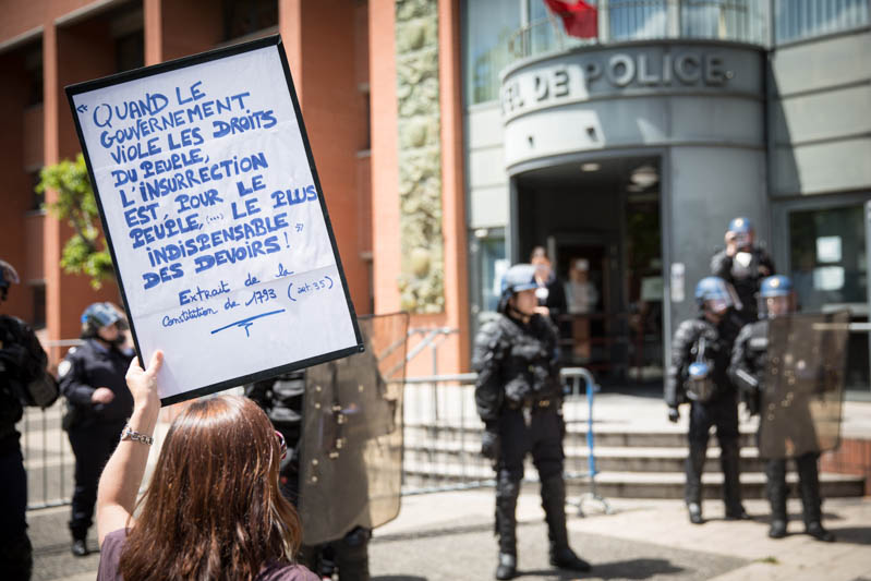 Devant-l'hôtel-de-police-de-Toulouse.-Manifestation-contre-l'usage-de-l'article-49-3-de-la-constitution-pour-appliquer-la-loi-travail.-Une-manifestante-brandit-une-pancarte-devant-les-force