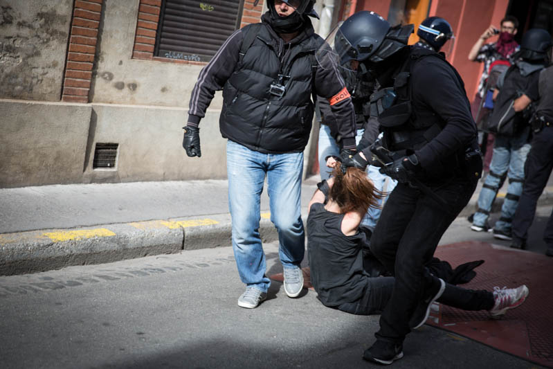 Arrestation d'une manifestante de 17-ans par la Brigade Anti-Criminalité. Accusée-d'avoir lancé une canette sur les forces de police la lycéenne a été-tirée-sur plusieurs mètres