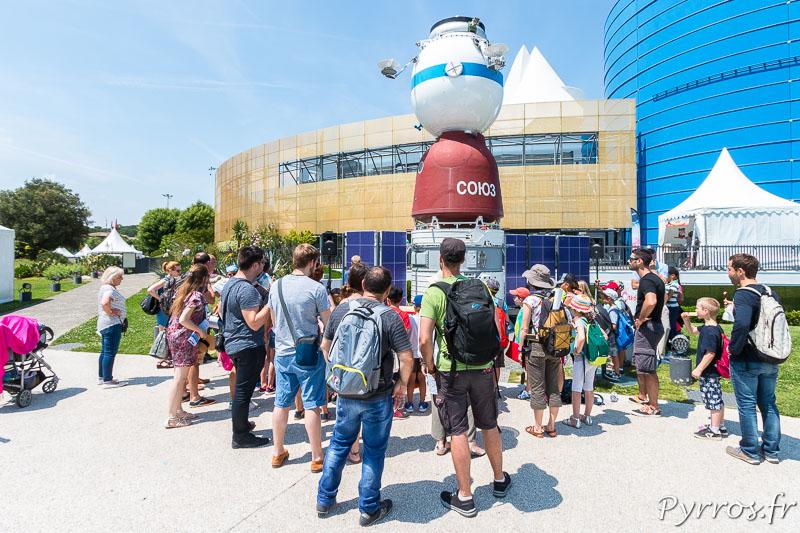 Les visiteurs de la Cité de l'Espace assistent à une démonstration sur le role du bouclier thermique