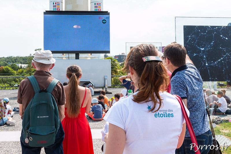 A la Cité de l'Espace les visiteurs sont assistent sur un écran géant à la descent de Thomas Pesquet