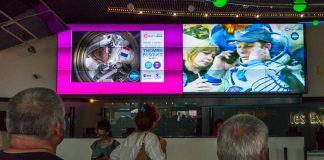 Dans l'accueil de la Cité de l'Espace les visiteurs assistent au retour de l'Astronaute français Thomas Pesquet