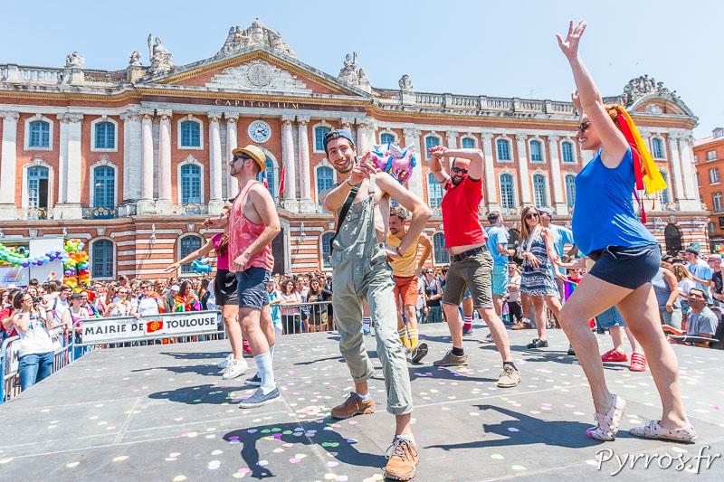 Flashmob sur la place du Capitole avant le dépub de la Marche des Fiertés