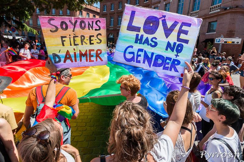 """Pancartes """"Soyons fières d'Aimer"""" et """"Love has no gender"""" (L'amour n'a pas de genre)"""