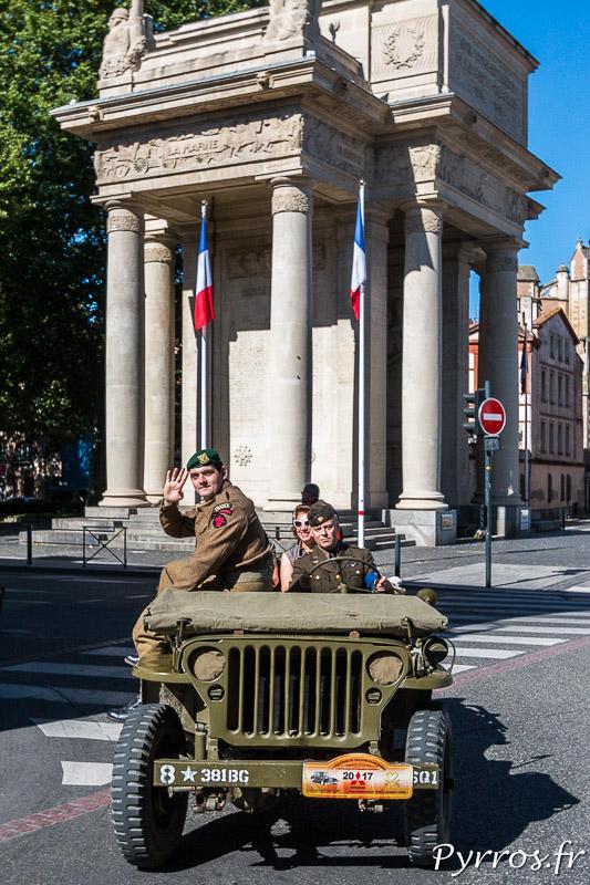 Une Jeep passe au pied du Monument aux Morts de Toulouse