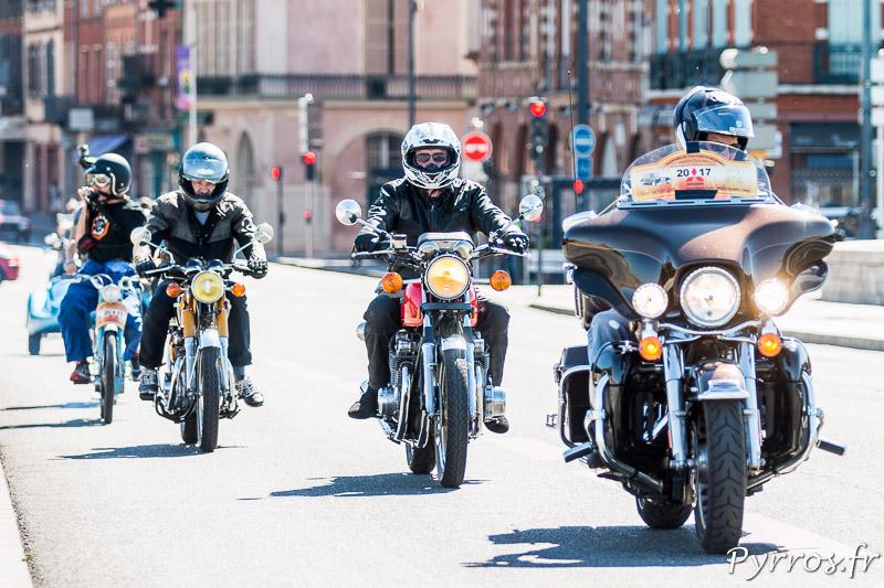 Sur le Pont-Neuf des motos ouvrent la route